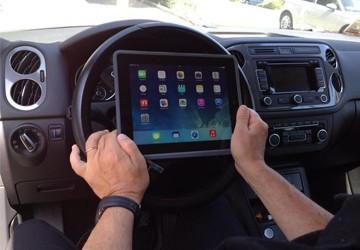 alla guida con il tablet